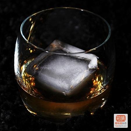 威士忌的冰块饮法(on the rocks),图片来源:fd