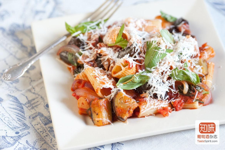 来自西西里的茄子主导的rigatoni alla norma 图片来源:blueapron.com