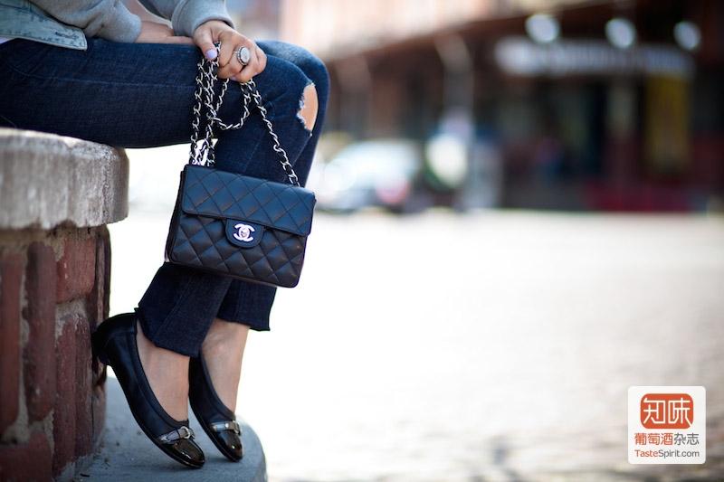 香奈儿(Chanel)的经典黑色金链菱纹挎包
