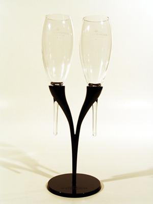 酩悦香槟制作的一款双支带支架的角形香槟杯(Pomponne)