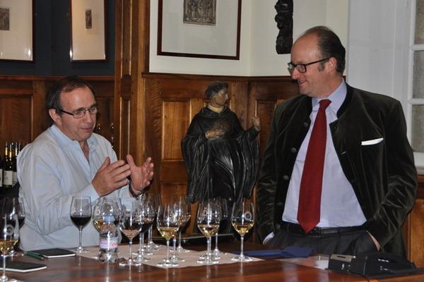 酒评家贝尔纳·布尔奇(Bernard Burtschy)与侯伯王酒庄的庄主卢森堡侯贝亲王(Prince Robert de Luxembourg)讨论中,来源:知味葡萄酒杂志