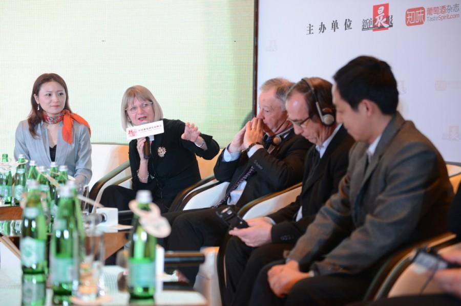 施晔老师与世界著名酒评家Jancis Robinson,WSET全球总裁Ian Harris,世界著名酒评家Bernard Burtschy,在2014中国葡萄酒发展峰会上共同探讨中国葡萄酒教育的未来。