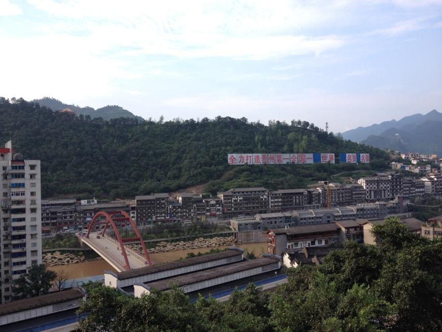 从茅台厂眺望赤水河,图片来源:施晔