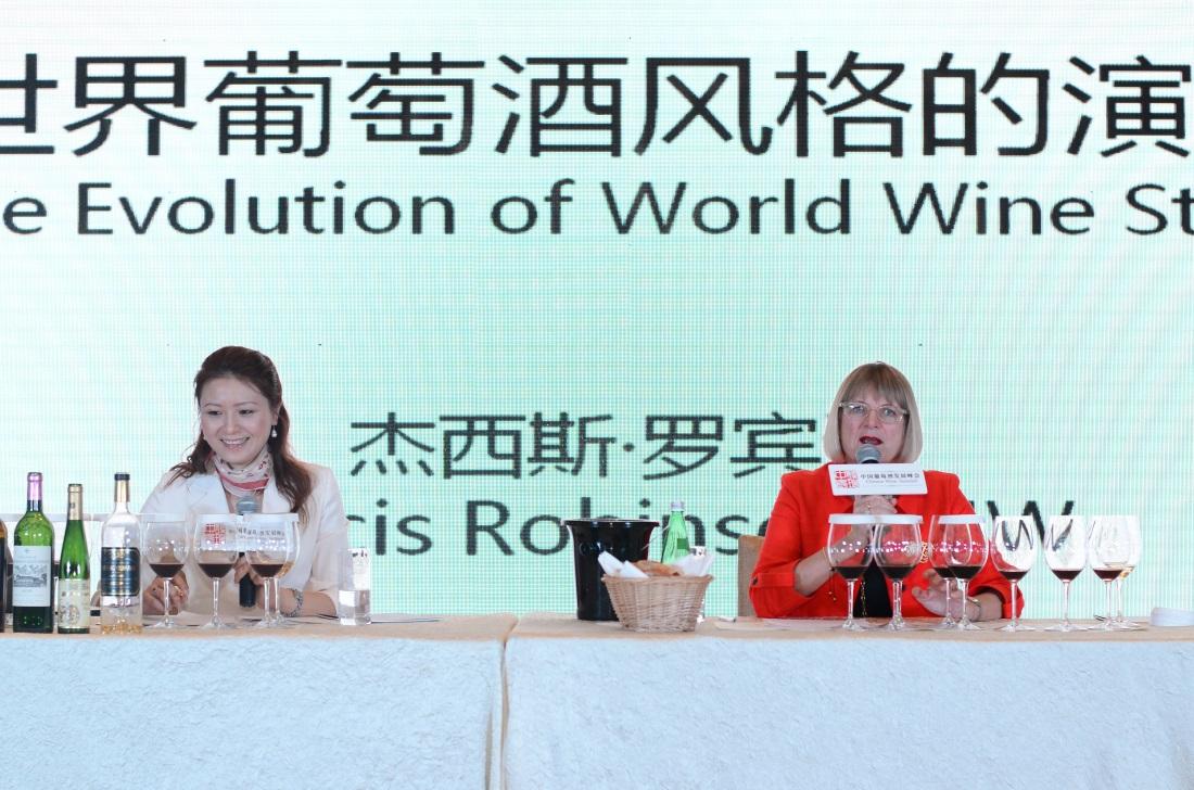 由知味葡萄酒杂志和上海报业集团联合主办的中国葡萄酒发展峰会上,世界著名酒评家Jancis Robinson和施晔老师一起为中国葡萄酒爱好者献上了一场主题庞大且精彩绝伦的大师班。