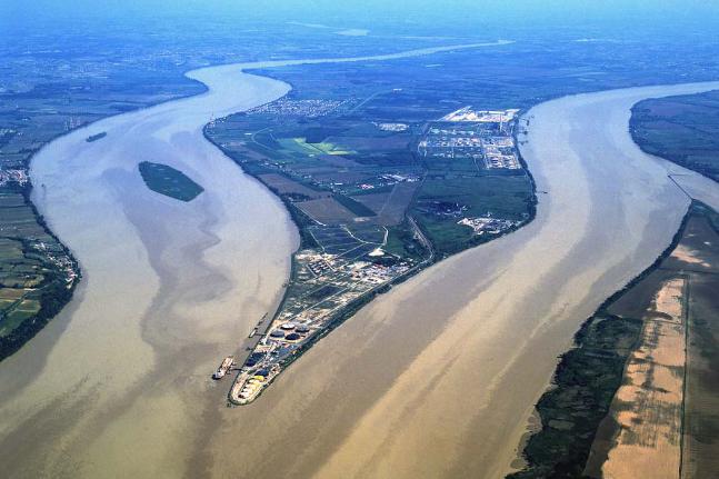 加龙河与多尔多聂河交汇处