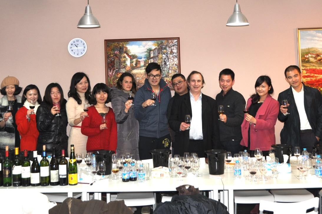 知味WSET学员在与法国葡萄酒媒体协会主席、世界著名酒评家贝尔纳·布尔奇先生的知味学员私享交流会上与大师近距离交流。