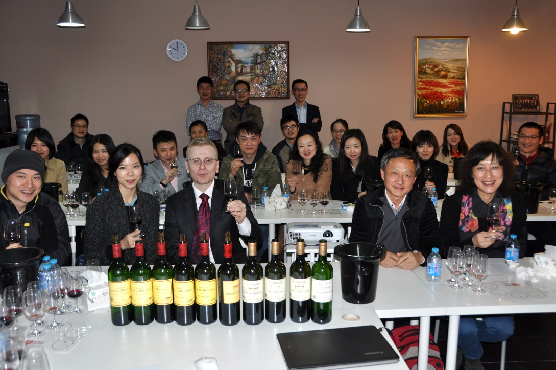 波尔多1855列级名庄浪琴慕莎酒庄(Lynch Moussas)大中华区拓展总监 Xavier Lauzeral为知味学员带来跨越18年的垂直品鉴。
