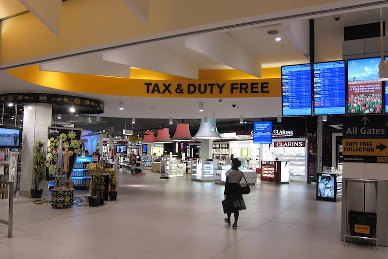 要知道,机场免税店还是做游客生意的