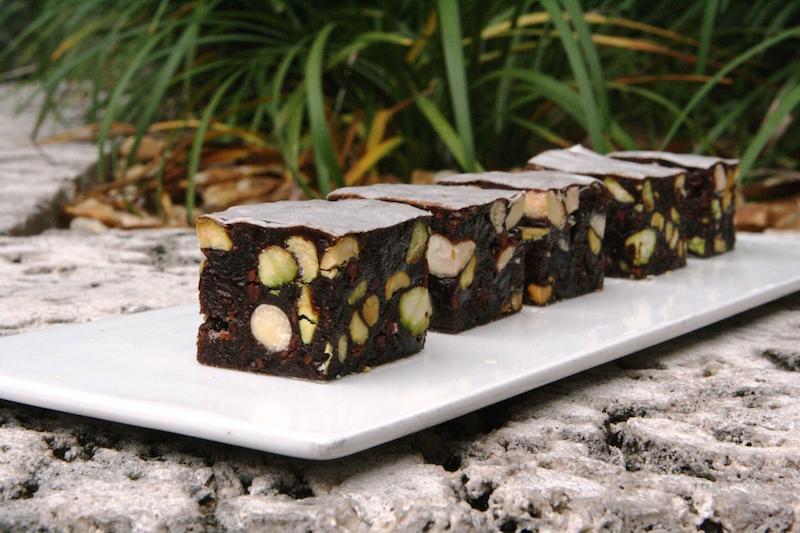 这种长的很像切糕的点心,是意大利锡耶纳Panforte蛋糕,通常会加入大量香料调味,风味特殊。