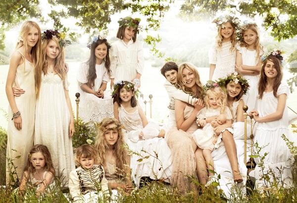 凯特·摩丝在婚礼上和孩子们合影,来源:Vogue