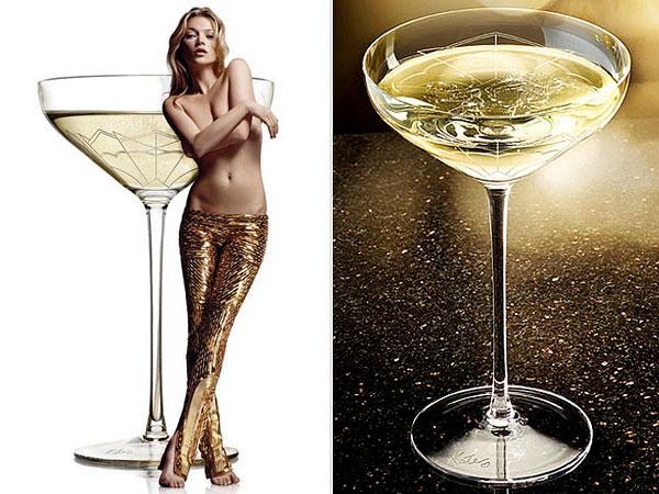 性感的凯特摩丝和以她的乳房形状制作的香槟杯