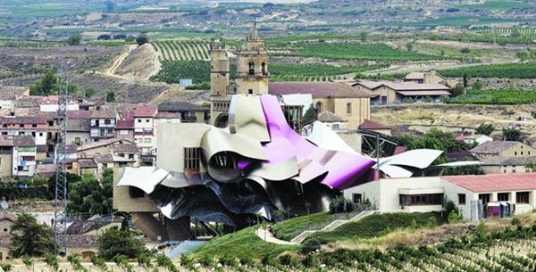 建筑师弗兰克·盖里(Frank Gehry )应邀为瑞格尔侯爵酒庄设计酒店群楼,屋顶宛如一朵巨型玫瑰,来源:AFP
