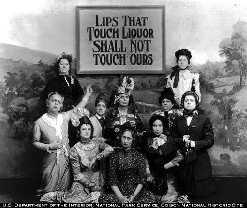 """支持禁酒令的女性宣传海报,牌子上写着""""吻过酒的嘴唇,不准再来吻我"""""""