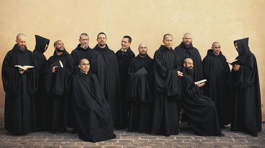 """本笃会修士的服装,因为罩袍一身纯黑,也被称为""""黑衣修士"""""""
