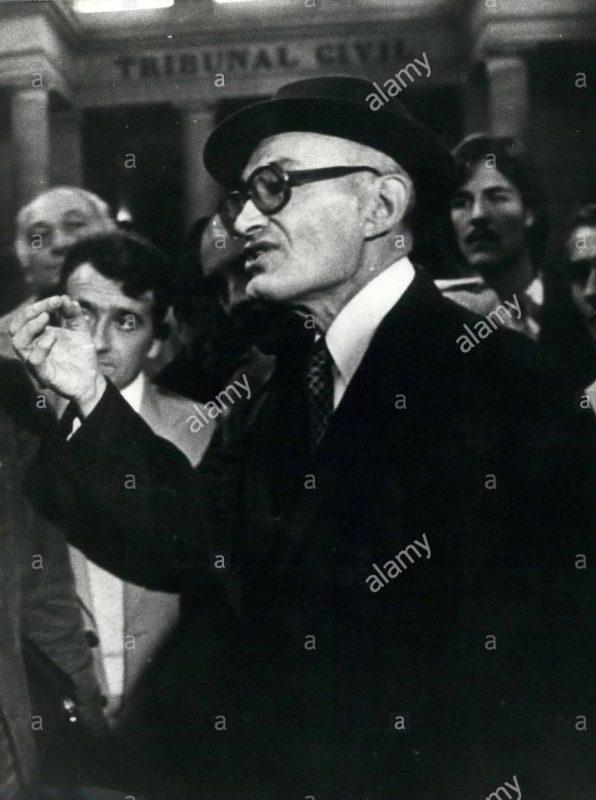 Pierre Bert在法院外向媒体抗议