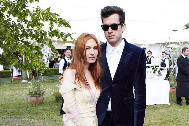 今天才突然发现,在音乐人Josephine de la Baume和Mark Ranson夫妇的合影中,还青涩的我意外地上镜了,Duang!来源:Vogue
