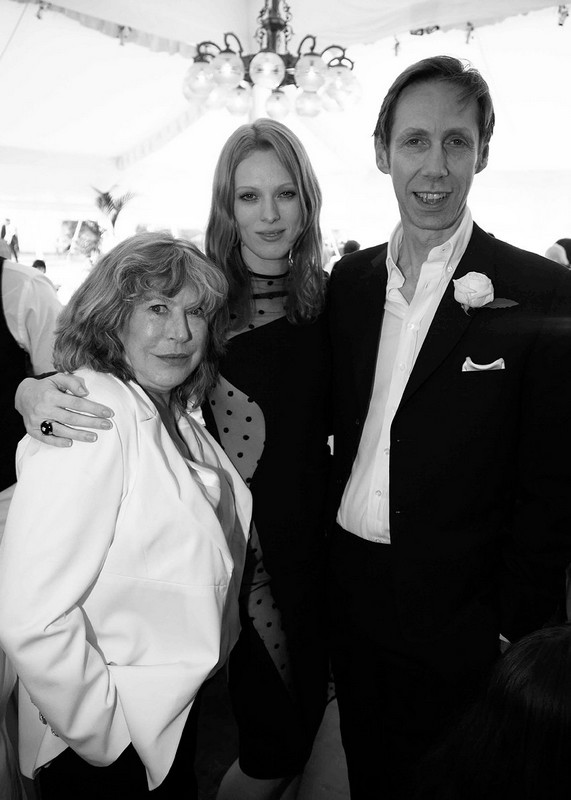 中间的是Karen Elson,来源:Vogue
