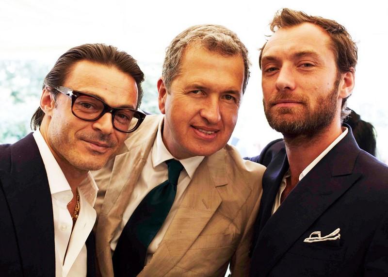 婚礼上的裘德·洛(右)和摄影师Mario Testino(中)。裘德·洛当年还能看看,现在就...来源:Vogue