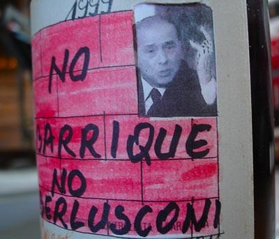 """1999年Bartolo Mascarello制作的手绘版酒标,标语是""""反对小橡木桶,反对贝卢斯科尼"""",Barolo的各种新法规一直以来都让传统酒庄对政府颇为不满"""