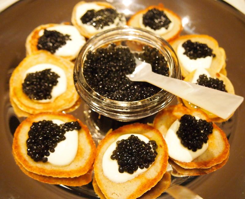 经典的俄式吃法,薄饼Blini佐以酸奶油和鱼子酱