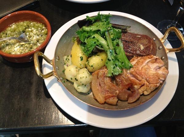小牛的牛头肉、牛舌和牛脑搭配水煮土豆(Tête, langue et cervelle de veau croustillante, pommes vapeur et sauce gribiche 22€)