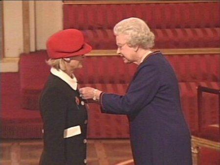 2003年,英国女王为杰西斯·罗宾逊授勋,随即邀请她出任皇家葡萄酒顾问一职