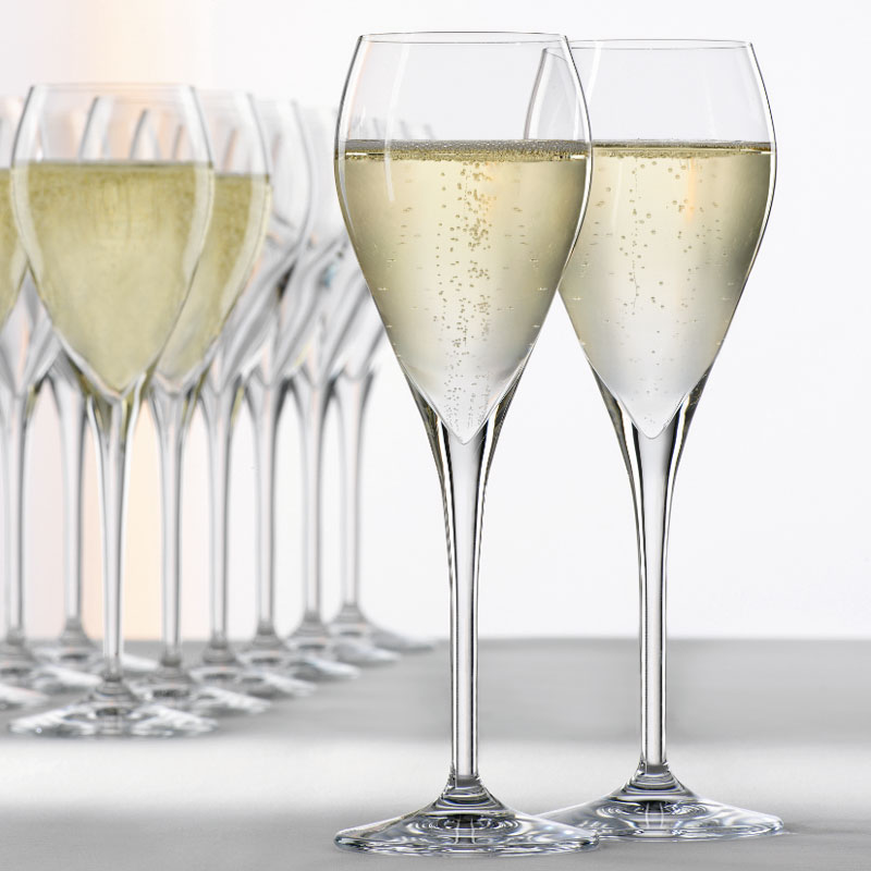 当下在侍酒师中比较流行的郁金香形香槟杯,收口的设计能让香气更为集中一些,当然用普通的白葡萄酒郁金香杯也不错,来源:Spiegelau