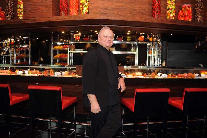 拥有多家米其林星级餐厅的法国大厨Joel Robuchon在上海摘得二星
