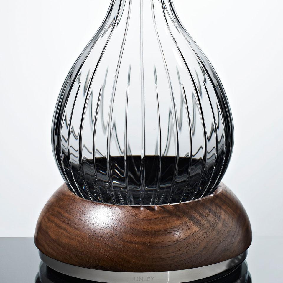 传统波特的醒酒器,只有主人面前才会摆放木底座,其他客人倒完酒,只能再传递下去。